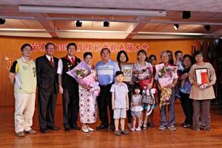 接受表扬年龄最长93岁的中苗里陈林秀卿女士。(苗栗市公所提供)
