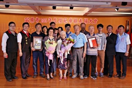 接受县府表扬的模范母亲-福丽里刘李美云女士全家合影。(苗栗市公所提供)