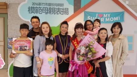 李明玉<中>受到家人与社团竹女会会友的祝贺。(林宝云/大纪元)