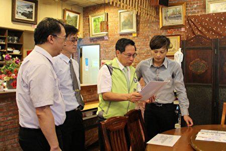 市长涂醒哲(右2)辅导业者学习使用油脂试纸判读,于适当时间做油脂更换,避免酸价过高,造成消费者健康负担。(李撷璎/大纪元)