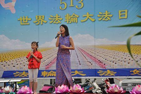 """法轮功学员张玉兰与她的小同修合唱 """"感恩无尽言""""。(詹亦菱/大纪元)"""