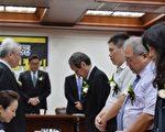 立法院23日举行记者会前,与会来宾为选择安乐死的兽医师简稚澄默哀一分钟。(中央社/提供)