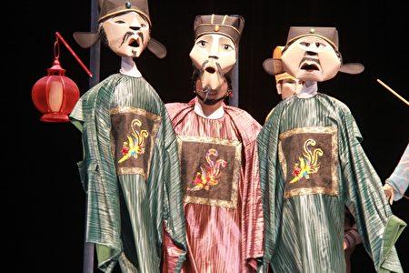 一体三头表演的大臣戏偶 展现多变的操偶方式及不同角色语音转换底蕴。(郭千华/大纪元)