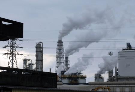 台湾空气质量越来越差,危害国人健康。环保署长李应元表示,去年通过的清净空气行动计划将持续,盼PM2.5红色警戒日数,4年内能减半。(AFP)