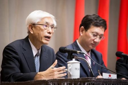 """卫福部长林奏延(左)27日提出成立""""世卫顾问团""""和5年培育50名外科种子医师的计划。(陈柏州 /大纪元)"""