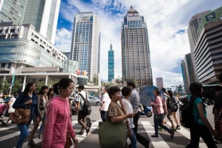 主计总处27日下修今年全年经济成长率至1.06%,主计长朱泽民表示,目前景气可说是低迷中有曙光。(陈柏州 /大纪元)