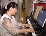 郭惠恩不仅会弹琴,歌唱的也很好。 (韩瑞/大纪元)