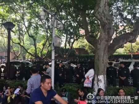 大陸今年高考減招引發江蘇、黑龍江等十餘城市上萬名家長抗議。圖為5月14日南京抗議現場。(網絡圖片)