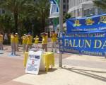 5月18日,中佛州部分学员在奥兰多市政厅前向民众展示法轮大法(大纪元)