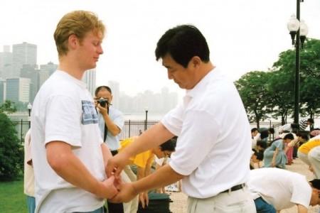 李洪志先生在一九九九年芝加哥法會期間為學員糾正煉功動作 (明慧網)