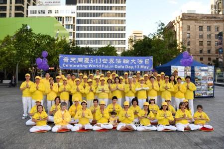 昆士蘭法輪功學員於2016年5月14日聚在Brisbane Square廣場,舉辦世界法輪大法日慶祝活動。(大紀元)