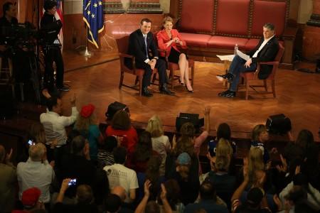 科鲁兹与菲奥莉娜4月29日在印第安纳州出席福斯新闻举办的市政厅会议(town hall)。(Joe Raedle/Getty Images)