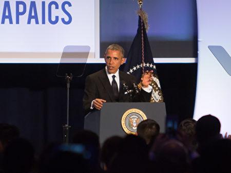 5月4日晚,美国总统奥巴马出席亚太裔国会研究所在华盛顿希尔顿酒店举办的第22届年度颁奖晚会。(李莎/大纪元)