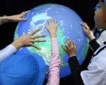 英国雷丁大学(University of Reading)气候学教授埃德•霍金斯(Ed Hawkins),以15秒的动画呈现166年来全球暖化的失控演变过程。(Toru YAMANAKA / AFP)