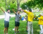 紐約中央公園法輪功分小組煉功弘法。(王建中提供)
