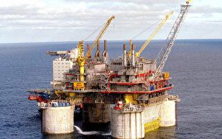 目前,原油存貨充足,OPEC及俄國並未減產,這將導致油價在未來再次大幅下跌。(RICHARDSEN, TOR/AFP/Getty Images)