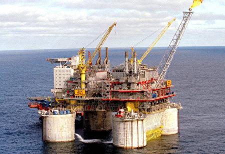 目前,原油存货充足,OPEC及俄国并未减产,这将导致油价在未来再次大幅下跌。(RICHARDSEN, TOR/AFP/Getty Images)