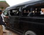 巴基斯坦卡拉奇市(Karachi)5月30日发生一起针对中国公民的遥控爆炸事件,造成一名中国工程师及二名当地人受伤。图为被攻击的中国公民座车。(RIZWAN TABASSUM/AFP/Getty Images)