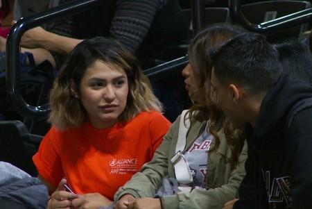 CSULA學生阿爾巴朗(Vanessa Albarran)義服輔導員,與將入學的新大學生見面。(楊陽/大紀元)