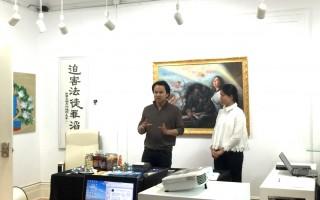 画家Watana Boewe在现场讲解画作。(李凯文/大纪元)