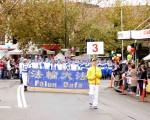 悉尼西部重镇黑镇(Blacktown)5月28日迎来一年一度的城市嘉年华。在嘉年华节日大游行中,法轮功团体再被安排为游行的首发方阵,共有60多个团体参加。图为打头阵的法轮功团体。(安平雅/大纪元)