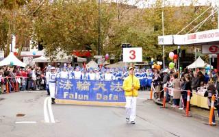 悉尼西部重鎮黑鎮(Blacktown)5月28日迎來一年一度的城市嘉年華。在嘉年華節日大遊行中,法輪功團體再被安排為遊行的首發方陣,共有60多個團體參加。圖為打頭陣的法輪功團體。(安平雅/大紀元)