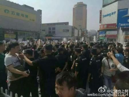 河南鄭州、南陽、洛陽、安陽、許昌、駐馬店等6座城市上千名家長示威抗議,呼籲教育公平。圖為鄭州市抗議現場。(網絡圖片)