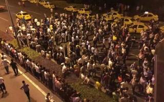 5月25日,在重慶市渝北區雙方爆發了大規模的流血衝突事件,現場有上萬輛出租車匯集,將道路封堵,當地政府調動數千警力鎮壓,場面一度失控。(網絡圖片)