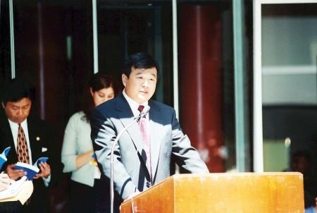 一九九九年六月二十五日李洪志先生在接受美國伊利諾州州長、州財政部長和芝加哥市長嘉獎的頒獎儀式上講話。(明慧網)