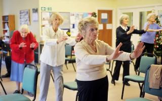 銀髮族受限於關節退化,運動有其限制。(Fotolia提供)
