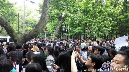 大陸今年高考減招引發江蘇、黑龍江等十餘城市上萬名家長抗議。圖為5月14日蘇州抗議現場。(網絡圖片)