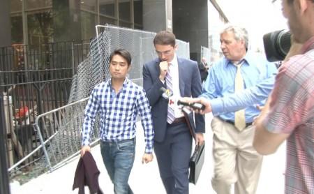 43岁的律师李杰(Jae Lee,左一)2014年与他的辩护律师走出法庭。 (大纪元资料图)