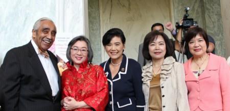 多位國會聯邦議員與華府僑界人士彙集一堂,品享遠道而來的台灣美食和文化。(何伊/大紀元)