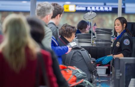 TSA工作人員正在進行安檢。 ( PAUL J. RICHARDS/AFP/Getty Images)