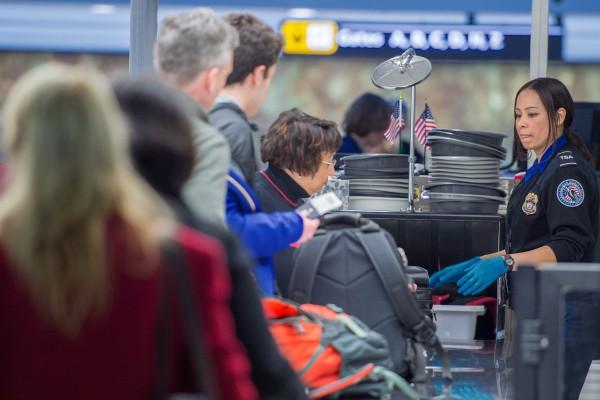 美机场安检新举措 瞄准电子产品和食品