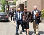 賴威爾遜(Wilson Lai)被警察押往法庭。 (唐誠/大紀元)