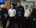 兩名7分局警員Joseph Carlsen(左)和Jonathan Burke(中)英勇擒獲持刀劫匪,獲得表彰。  (蔡溶/大紀元)