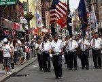 华裔退伍军人会的老兵们也戴上军帽,随着军乐节奏沿街游行,重温军队荣耀。许多居民及游客为他们拍照鼓掌。 (蔡溶/大纪元)