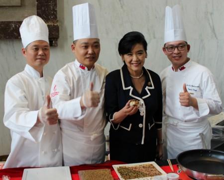 美國國會華裔議員趙美心品嚐台灣原住民美食。(何伊/大紀元)