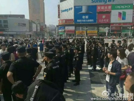 河南郑州、南阳、洛阳、安阳、许昌、驻马店等6座城市上千名家长示威抗议,呼吁教育公平。图为郑州市抗议现场。(网络图片)