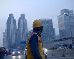 中国庞大的未售房屋库存显示,随着农民工难以在他乡找到光明的未来,城市化运动正在步履蹒跚。 (Photo credit should read WANG ZHAO/AFP/Getty Images)