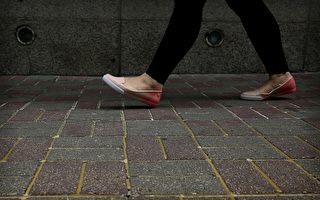 在中共政治局常委、全国人大委员长张德江访问香港前夕,警方不仅仅推出严密保安措施,而且还把人行道上的砖头用胶水加固。立法会议员说,砖头被粘上,是为了防止张德江到访的时候,抗议者捡起碎石投掷。(ISAAC LAWRENCE/AFP/Getty Images)