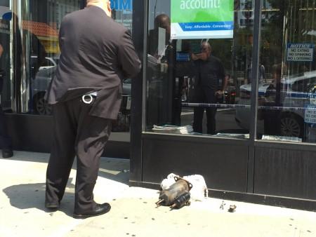 便衣警員在對法拉盛緬街DIME銀行門口的可疑物展開調查。 (林丹/大紀元)