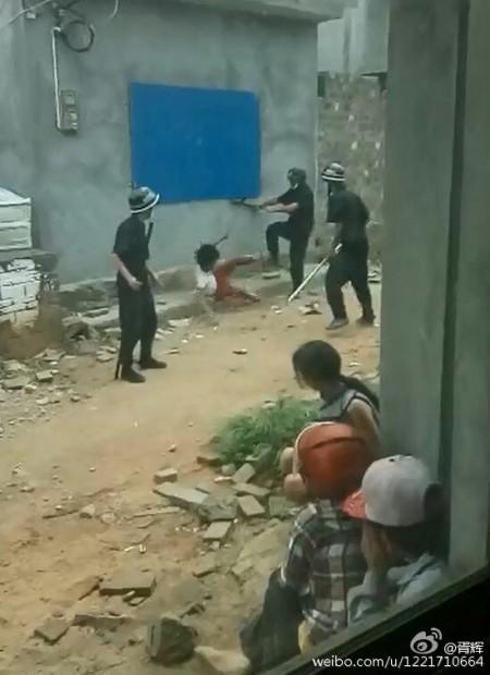 4月30日,海南海口市秀英区长流镇琼华村因强拆发生警民大战,警察暴打妇女儿童视频曝光引起一片哗然。(网络图片)