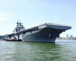 海军将士们整齐的站在巨大的军舰上,威风凛凛。 (王姿懿/大纪元)