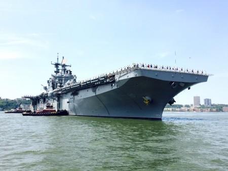 海軍將士們整齊的站在巨大的軍艦上,威風凜凜。 (王姿懿/大紀元)
