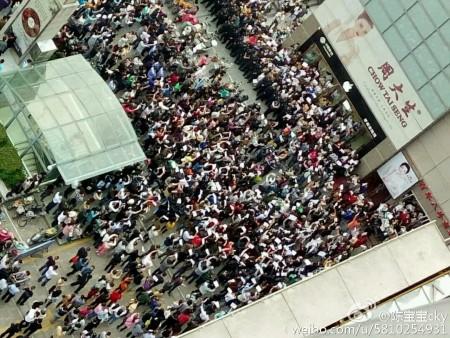 大陸今年高考減招引發江蘇、黑龍江等十餘城市上萬名家長抗議。圖為5月14日淮安抗議現場。(網絡圖片)