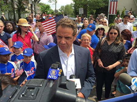 州长库默在游行前讲话。