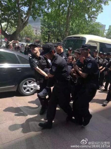 大陸今年高考減招引發江蘇、黑龍江等十餘城市上萬名家長抗議。圖為5月16日南京抗議現場。(網絡圖片)