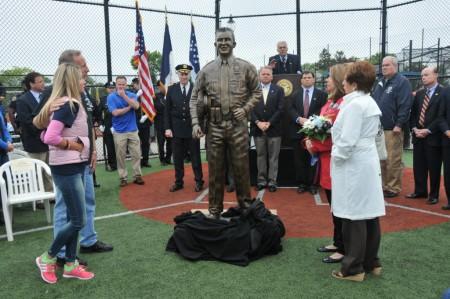 布莱恩·穆尔的真人大小塑像,前左为穆尔的父母。 (NYPD)
